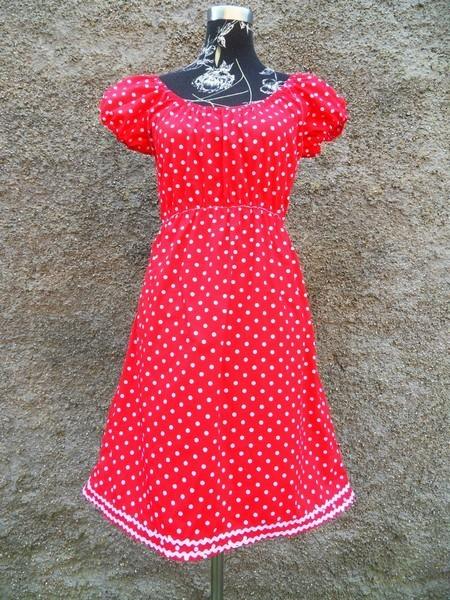 Rotes kleid mit weisen punkten